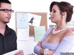 Сексуальная сучка устраивает в тачиле интересное шоу