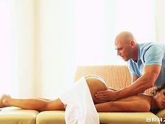 Бретань Эндрюс и ее поц на красном диванчике
